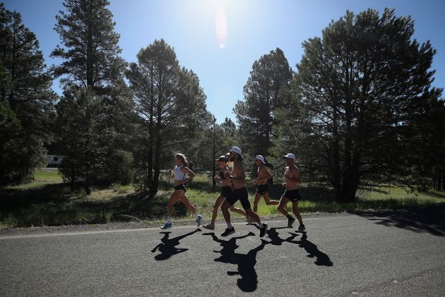 marathonloper stephanie bruce traint in flagstaff, arizona met andere hardlopers