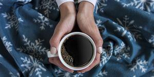 cogiendo una taza de café