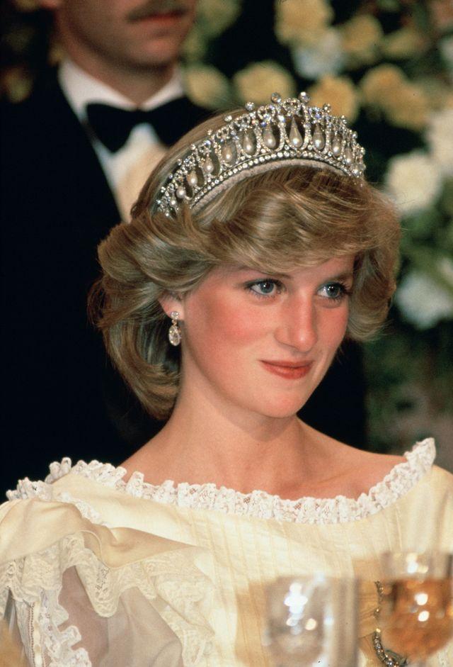 diana, princess of wales at a banquet in new zealand wearing