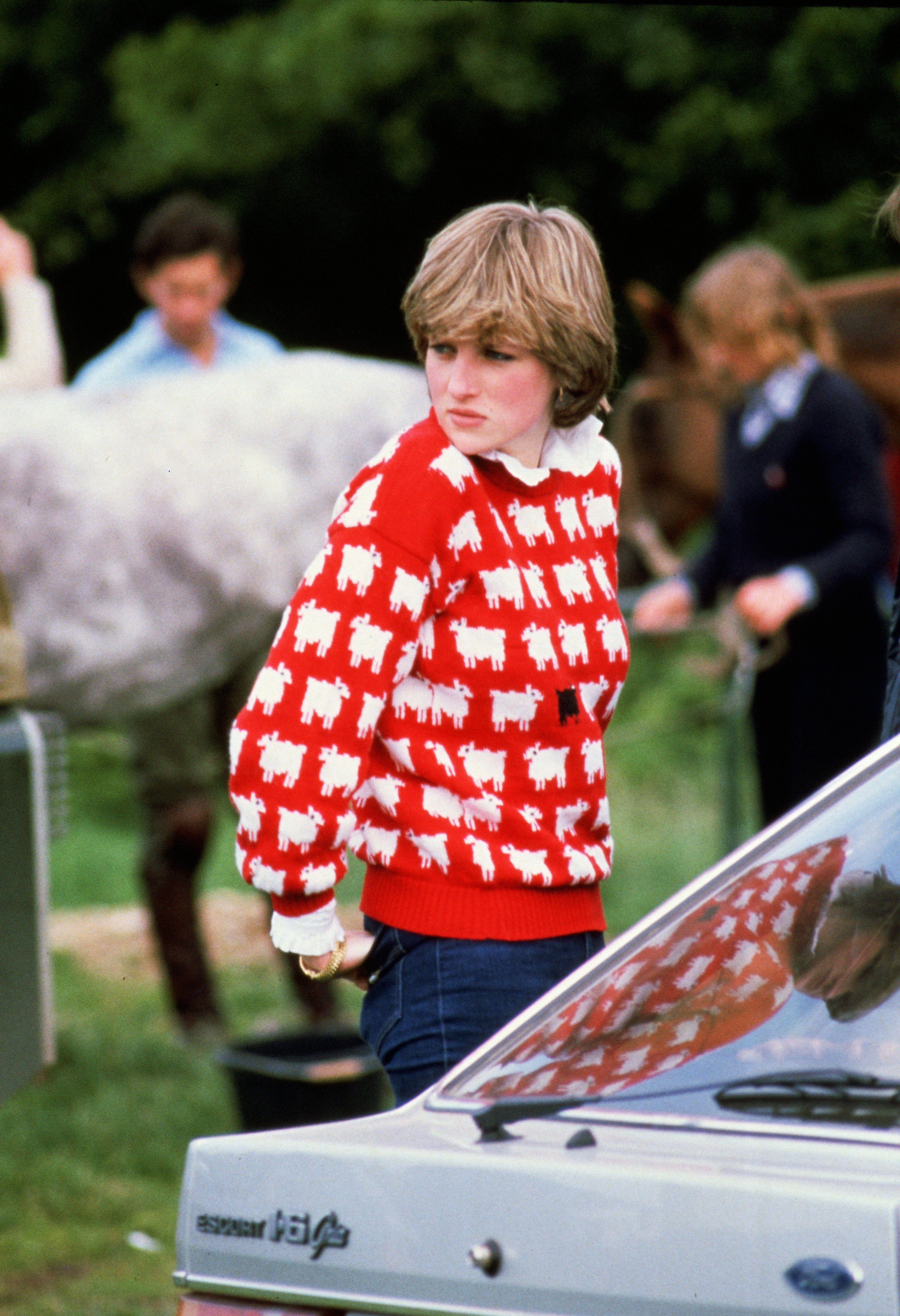 Diana, princesse de galles portant un pull mouton noir