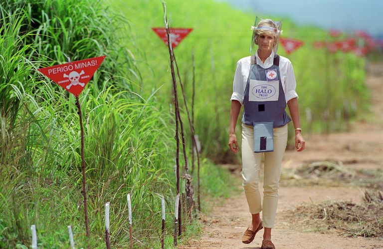 Diana walks through an active landmine area in Angola in 1997.