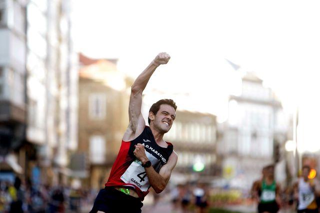 el español diego garcía carrera celebra su triunfo en los 20 kilometros marcha de a coruña, el gran premio cantones