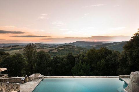 tramonto a borgo pignano dall'inifinity pool