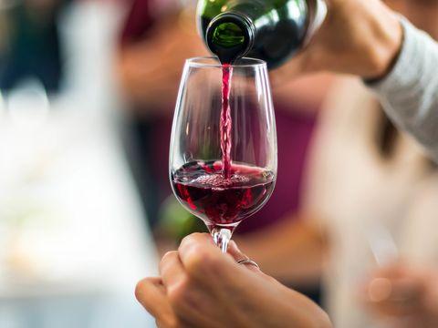 glas wijn wordt ingeschonken