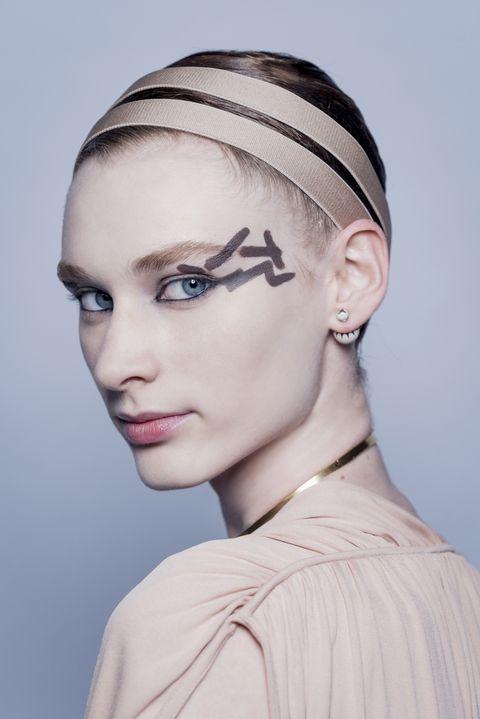 Hair, Face, Eyebrow, Hairstyle, Forehead, Beauty, Chin, Fashion, Head, Skin,