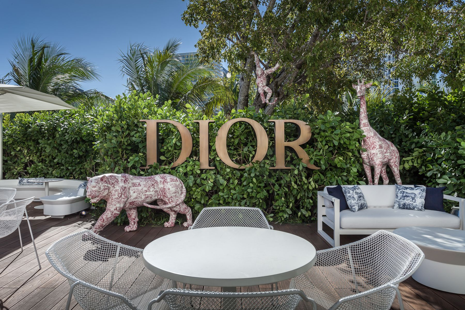 The Fashion Girl's Spot for Coffee Dior Cafe Located on the boutique's third floor terrace surrounded by luscious greenery and statues with the brand's iconic toile de Jouy print, this pop-up cafe is the chicest place to grab a cup of coffee. Their cappuccino comes with the Dior logo stamped on the foam, making this place an Instagram-worthy stop.