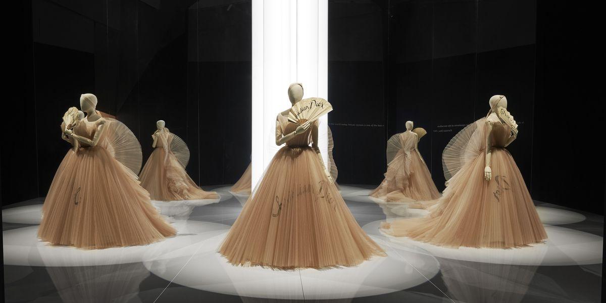 La mostra di Christian Dior a Londra è una sala da ballo dove non scocca mai la mezzanotte