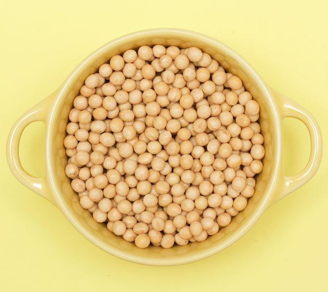 豆腐や納豆、お味噌など、色々な形で日本人に親しまれてきた「大豆」。あまり注目を浴びてきませんでしたが、最近ではサステナビリティとともに菜食生活への関心が高まり、植物性のタンパク質源として改めて見直されています。今回は今も「大豆」の栄養価や大豆タンパク質の特徴、健康的メリットやおすすめの使い方などをご紹介。