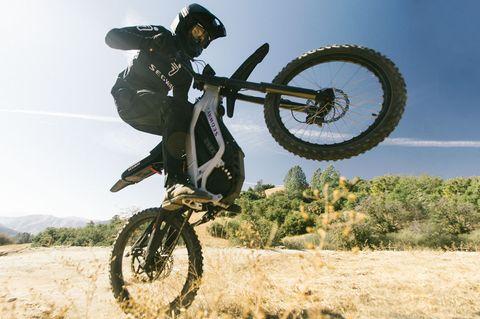 segway, vélo de saleté de faire un wheelie