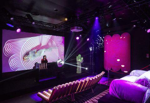 L'evento Disco Gufram al FuoriSalone 2018 è diventato subito un trend, con una nuova collezione di divani, mobili e tappeti del brand, accompagnati da un raffinato DJ set.