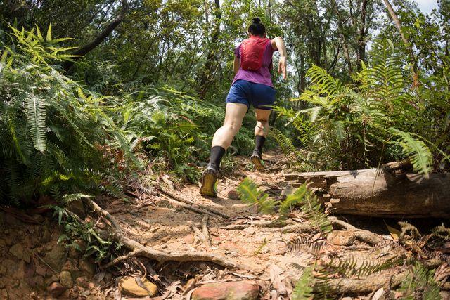 vrouw hardlopen natuur alleen ultra
