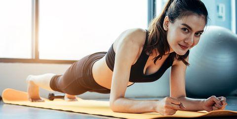 Vrouw plankt op mat