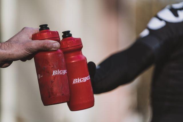 bicycling bidons  dit gebeurt er als je te weinig water drinkt