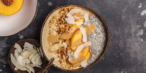 Smoothiebowl en chiapudding met nectarine en tahin