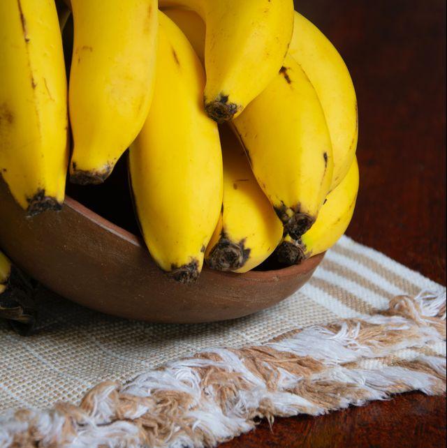 bananen in bakje op tafel