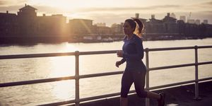 Vrouw buiten aan het hardlopen