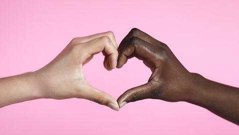 twee handen die een hartje maken