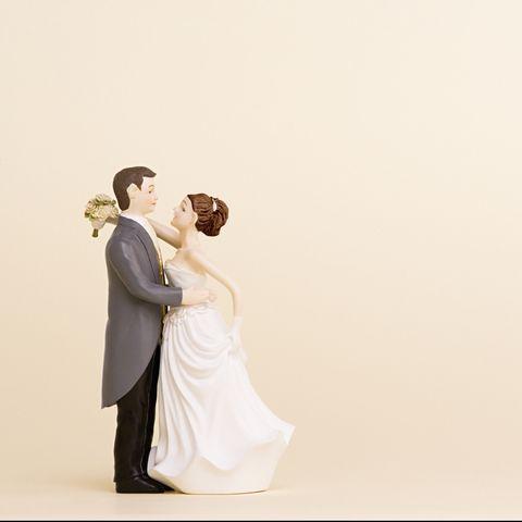 bride and groom wedding cake figurines