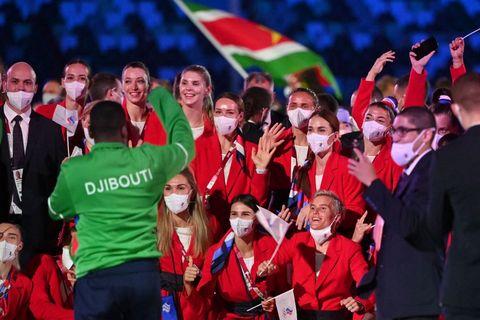 los miembros de la delegación rusa posan para un hombre de djiboti, quien les pidió posar para tener un recuerdo de ellos