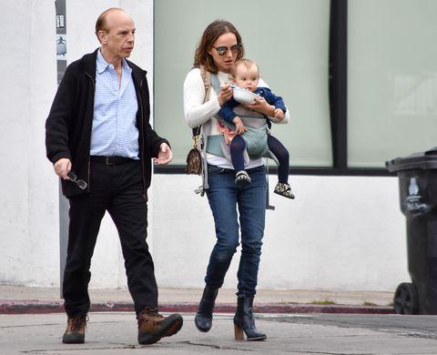 Natalie Portman con su padre,Avner Hershlag, y su hija pequeña Amalia en Los Ángeles