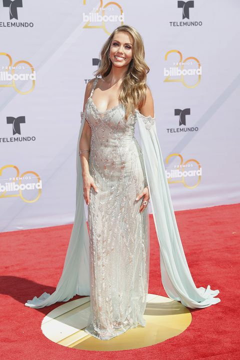 Red carpet, Carpet, Clothing, Dress, Shoulder, Flooring, Gown, Hairstyle, Premiere, Fashion model,