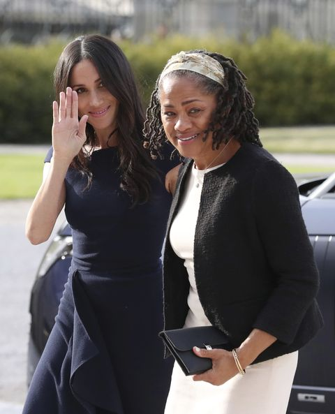 fe6178635 Así de sonrientes y radiantes llegaban madre e hija del brazo al hotel en  el que pasarán esta noche previa a la boda real. Se trata del Cliveden  House Hotel ...
