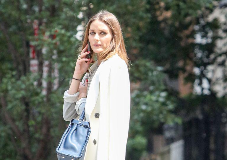 Olivia Palermo apuesta por las zapatillas de deporte también con traje