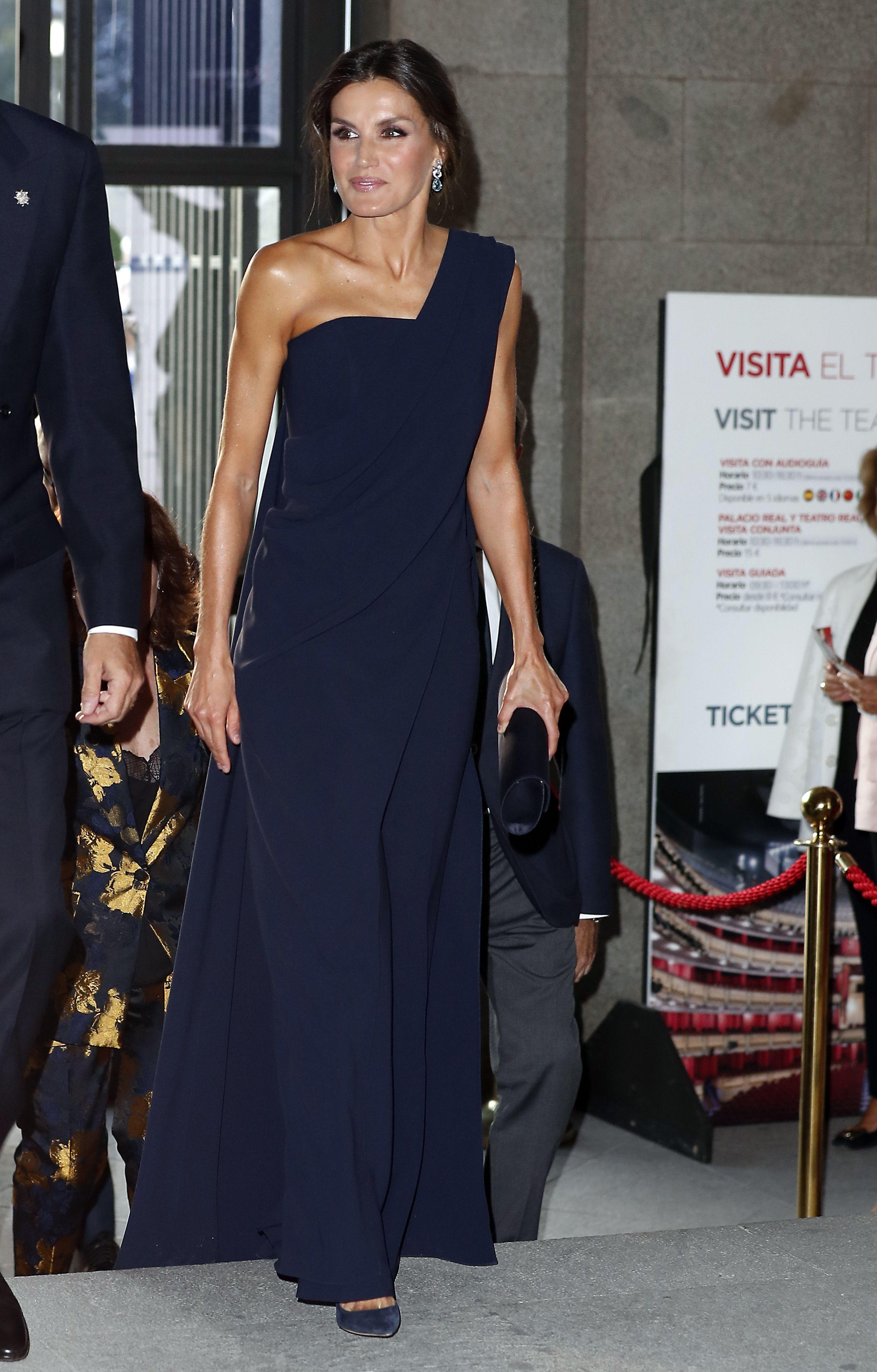 9cb6f4b57 La gran noche de la reina Letizia en el Teatro Real - La reina Letizia  deslumbra en el Teatro Real
