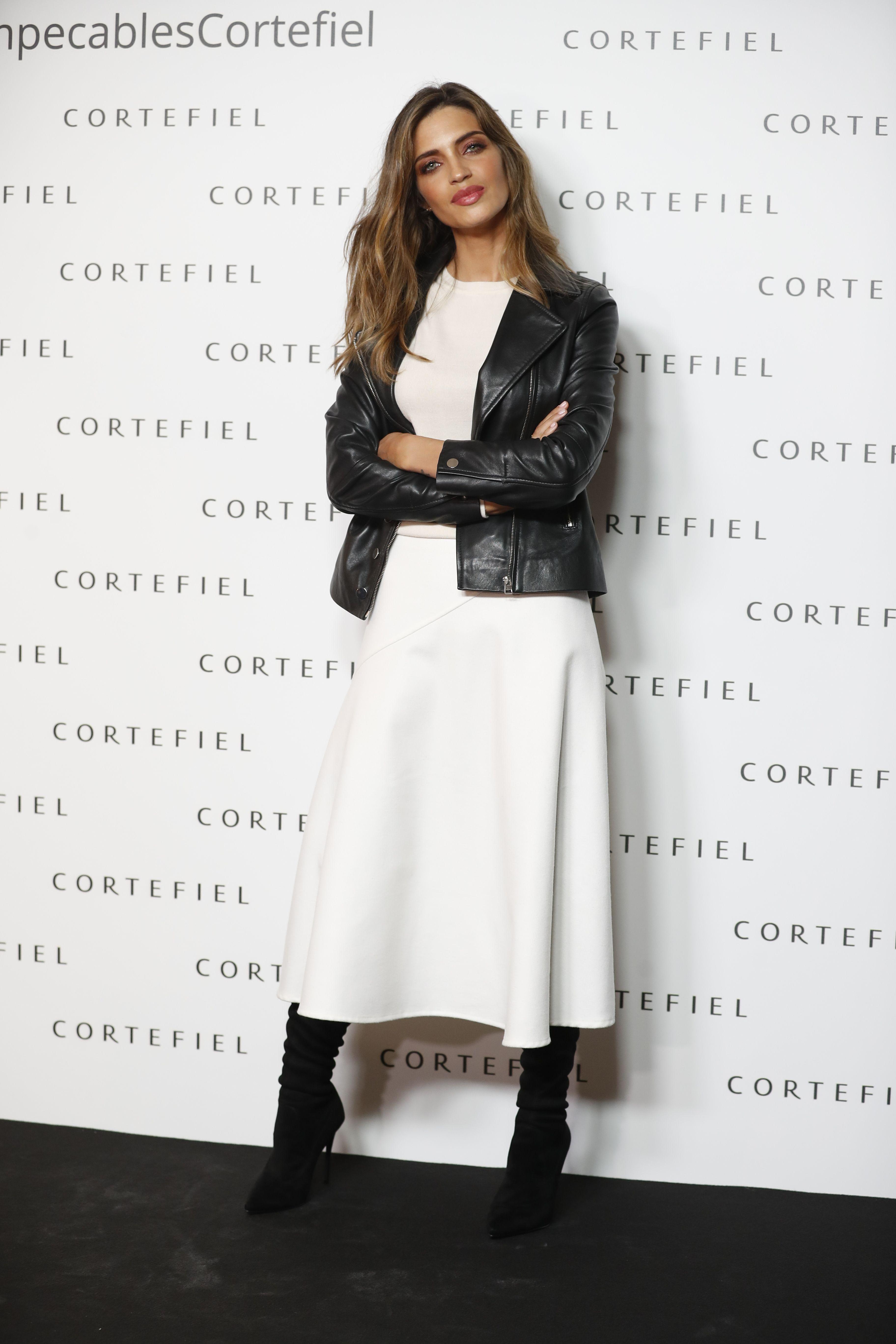 6ddd07606e Sara Carbonero con el look en blanco y negro que nunca falla de Cortefiel -  SaraCarbonero con falda midi de Cortefiel
