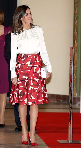 cc6bcfb62 Letizia deslumbra con un vestido plisado en su cita con la danza