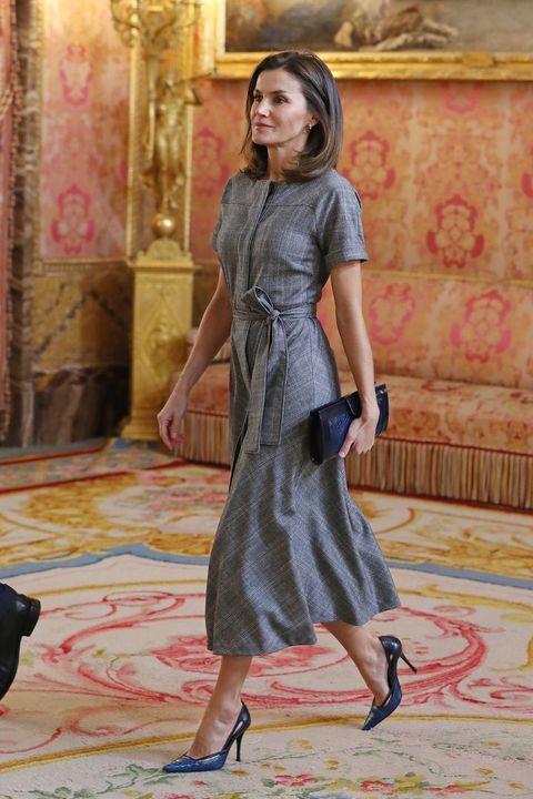 23745bc76 Letizia lleva un vestido de Massimo Dutti que puedes tener por menos ...