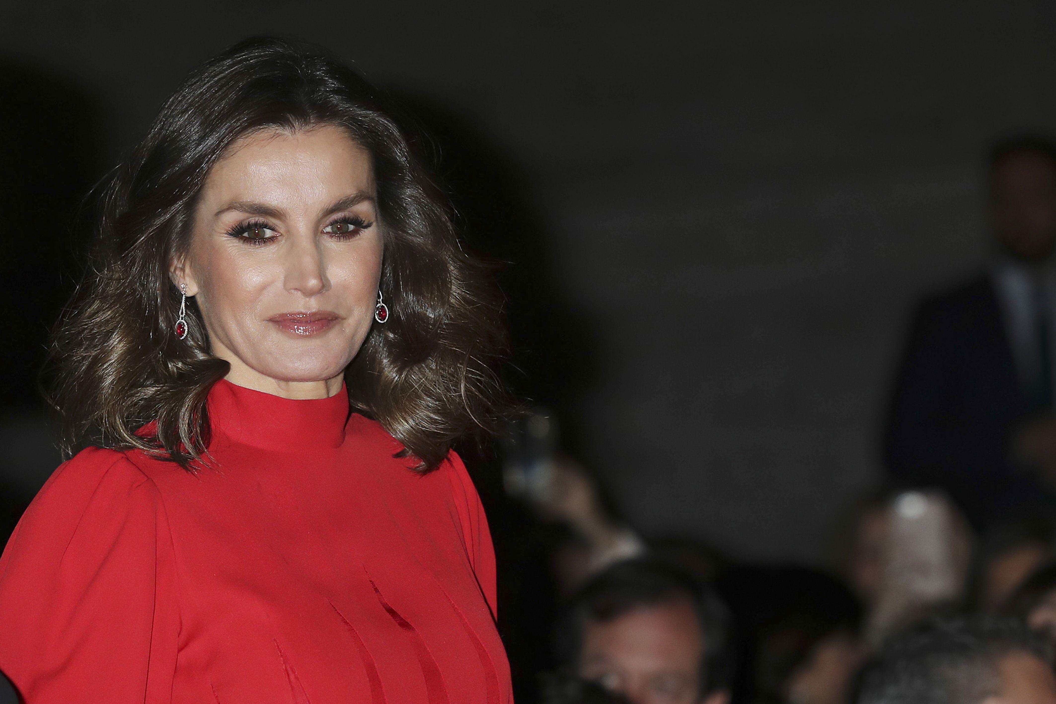 9648478b3 Doña Letizia demuestra (una vez más) que el rojo es su color - Doña Letizia  brilla con su look  total red