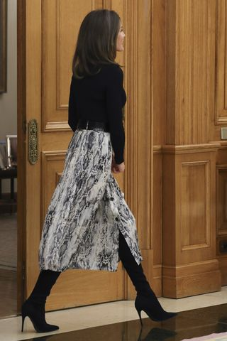 34eb7d3b09 La reina Letizia vuelve a vestirse en Zara - La falda de  print  de ...