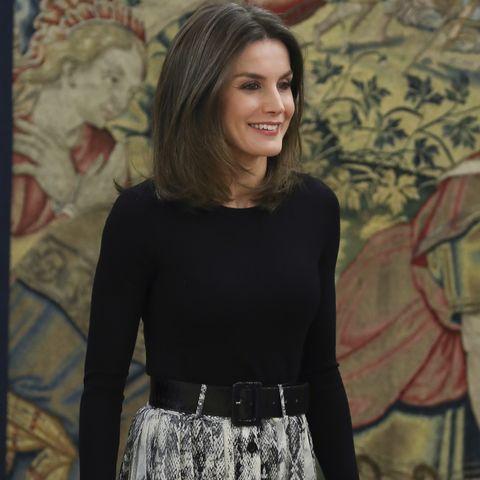 729dff8c3 La reina Letizia vuelve a vestirse en Zara - La falda de 'print' de ...