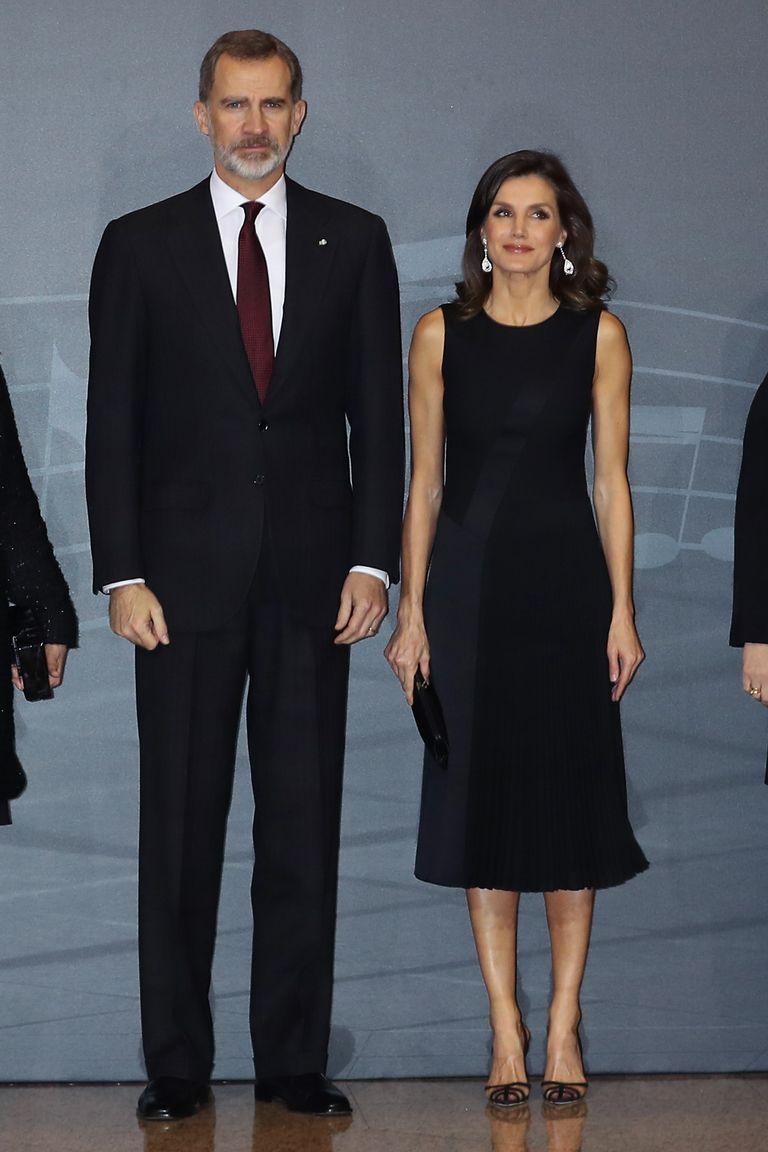 8f90e75e4e Los Malono Blahnik de la reina Letizia que eclipsaron su total black look  con vestido negro