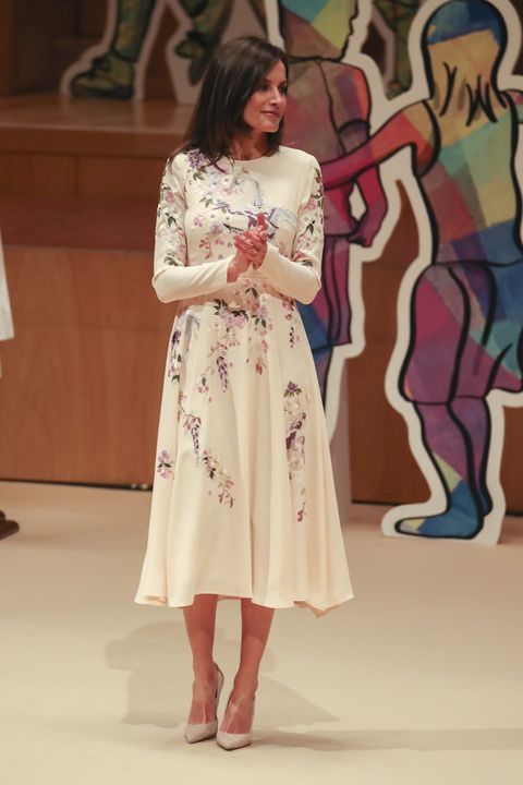 9439299e27 Doña Letizia estrena su vestido estampado más llamativo hasta la ...