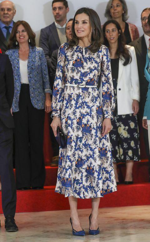 cfc92ed05 Doña Letizia estrena su vestido estampado más llamativo hasta la ...