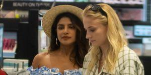 Priyanka Chopra y Sophie Turner de compras