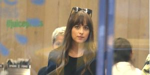 Dakota Johnson en un bar