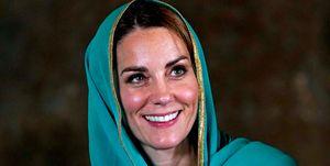 Kate Middleton se cubre la cabeza