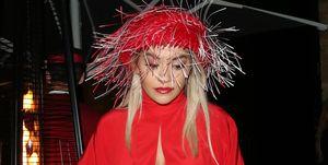 Rita Ora enseña las bragas