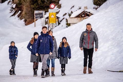 Federico y Mary de Dinamarca posan con sus hijos en el internado