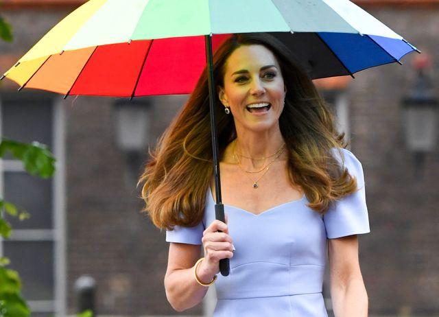 kate middleton vestido azul en el palacio de kensington