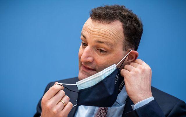 el ministro de salud alemán, jens spahn, lleva dos mascarillas