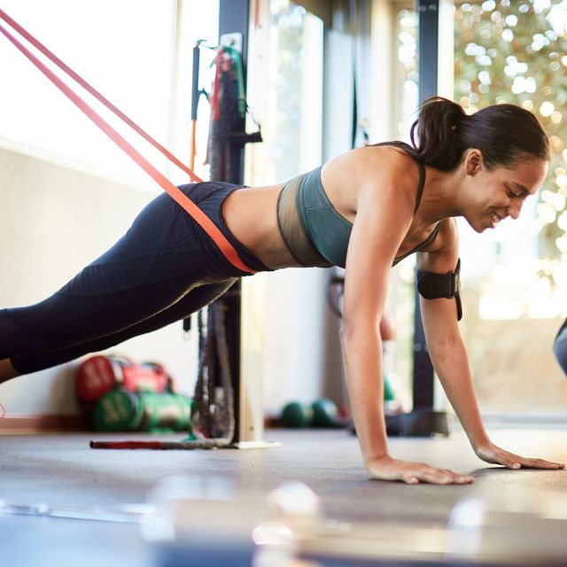 doing a perfect push up with the assitance of a resistance band