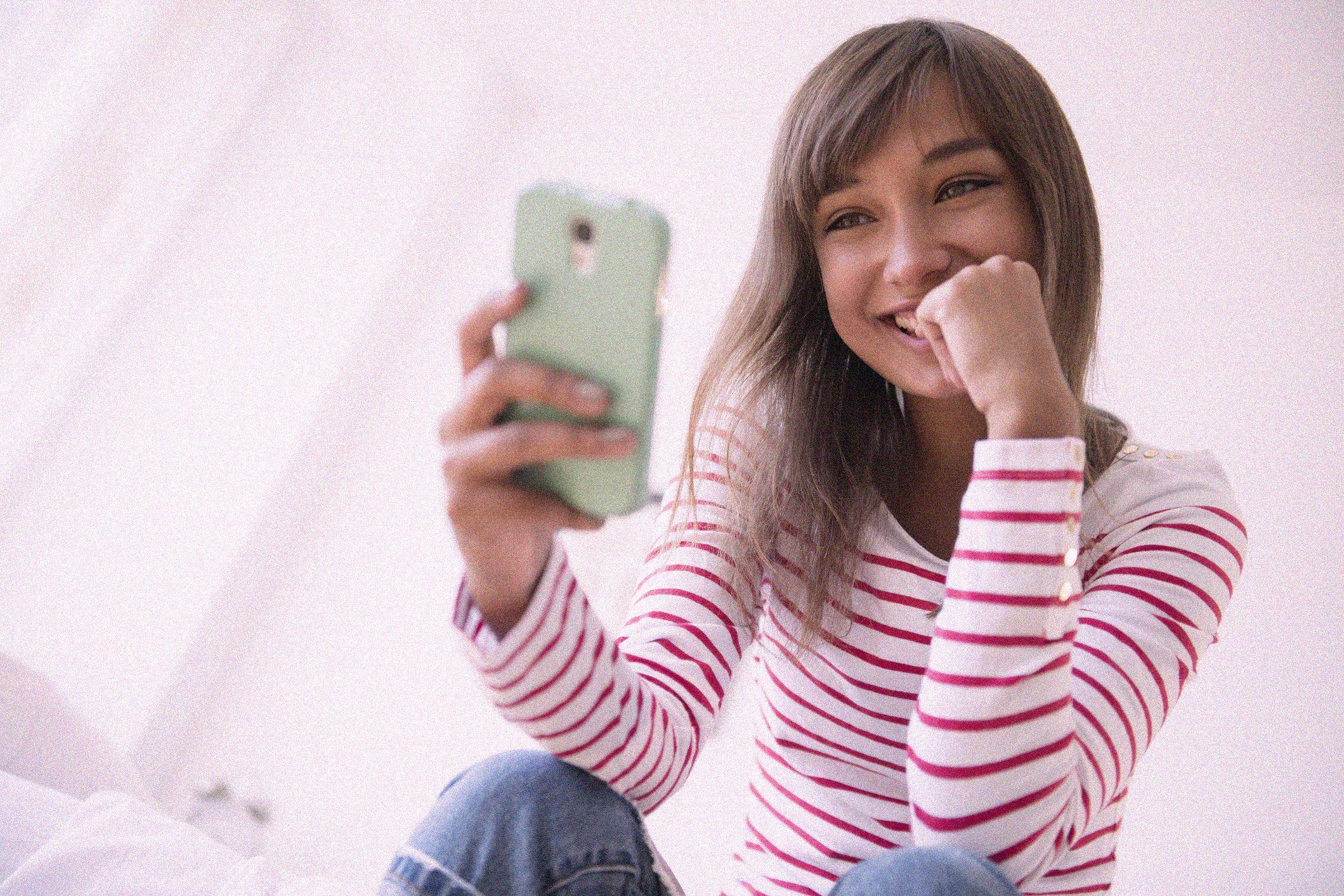 10 domande flirty per conquistare la tua crush via chat (se non c'è altro modo di attrarlo a te)
