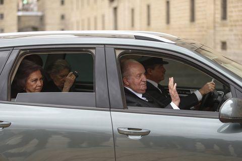Felipe VI y doña Letizia presiden una misa conmemorativa del 25 aniversario de la muerte de don Juan de Borbón con la presencia de numerosos miembros de la Familia Real.