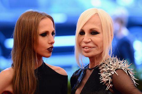 Donatella Versace y Allegra donacion