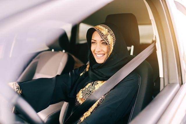 l'arabia saudita cerca istruttrici di guida per formare le donne