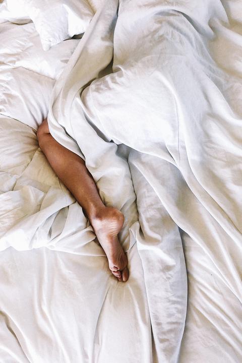 Dormire con le calze fa male o è il rito notturno più comfy che esista? Abbiamo scoperto la verità
